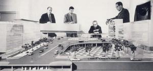 David Helldén (sittande) diskuterar Sergels torg 1965. Foto: Arkitekturmuseum
